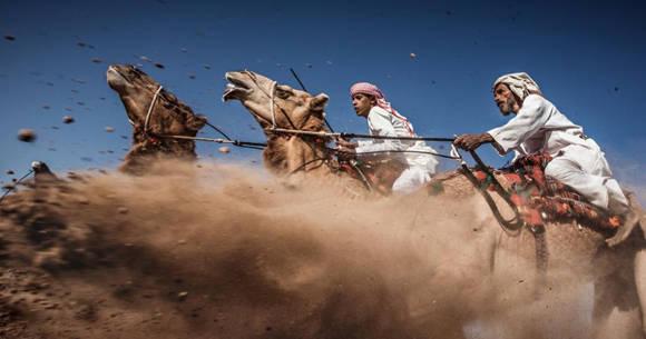 """""""Carrera de camellos"""", tercer lugal del concurso de National Geographic. Foto: Ahmed Al Toqi."""