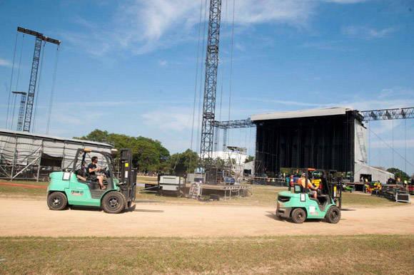 Hombres trabajando en el montaje del escenario para The Rolling Stones. Foto: Ivan Soca.