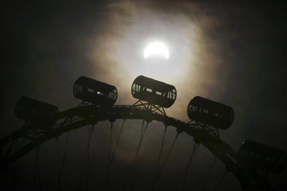 El eclipse solar visto en Singapur. Foto: Wong Maye-E/AP.