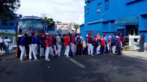 Equipo Cuba entrando al Latino hace unos instantes. Foto: N´stor Madruga / Colaborador de Cubadebate