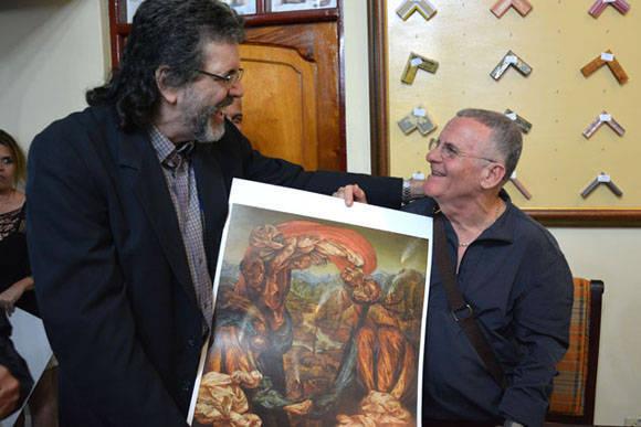 Cosme Proenza (D) obsequia una reproducción autografiada a Abel Prieto Jímenez (I), Asesor del Presidente de los Consejos de Estado y de Ministros, luego de inaugurada la exposición Re-Producciones, de Cosme Proenza, abierta al público en la Casa Marco, de la ciudad de Holguín, Cuba, el 7 de febrero de 2016. ACN FOTO/Juan Pablo CARRERAS