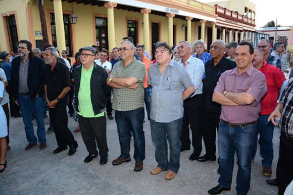Abel Prieto Jímenez (I), Asesor del Presidente de los Consejos de Estado y de Ministros, junto a Miguel Barnet (tercero de izq a der), presidente de la Unión de Escritores y Artistas de Cuba (UNEAC), Luis Antonio Torres Iríbar (tercero de der a izq), primer secretario del Patido Comunista de Cuba (PCC) y Julián González Toledo, Ministro de Cultura (segundo de der a izq), asistieron a la apertura de la exposición Re-Producciones, de Cosme Proenza, abierta al público en la Casa Marco, en la ciudad de Holguín, Cuba, el 7 de febrero de 2016. ACN FOTO/Juan Pablo CARRERAS