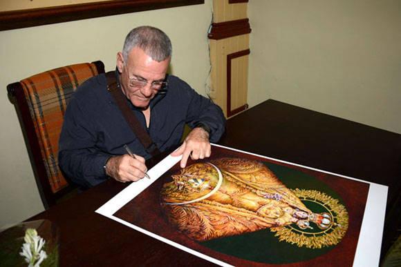 Cosme Proenza firma una de las reproducciones luego de inaugurada la exposición Re-Producciones, abierta al público en la Casa Marco, de la ciudad de Holguín, Cuba, el 7 de febrero de 2016. ACN FOTO/Juan Pablo CARRERAS