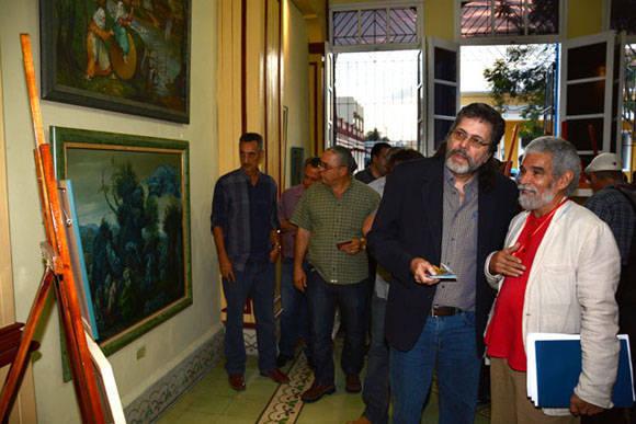Abel Prieto Jímenez (segundo de der a izq), Asesor del Presidente de los Consejos de Estado y de Ministros,  recorre la exposición Re-Producciones, de Cosme Proeza, abierta al público en la Casa Marco, de la ciudad de Holguín, Cuba, el 7 de febrero de 2016. ACN FOTO/Juan Pablo CARRERAS