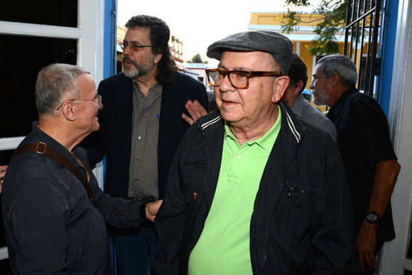 Cosme Proenza (I) junto a Abel Prieto Jímenez (C), Asesor del Presidente de los Consejos de Estado y de Ministros, junto a Miguel Barnet (D), presidente de la Unión de Escritores y Artistas de Cuba (UNEAC), durante la apertura de la exposición Re-Producciones, abierta al público en la Casa Marco, de la ciudad de Holguín, Cuba, el 7 de febrero de 2016. ACN FOTO/Juan Pablo CARRERAS