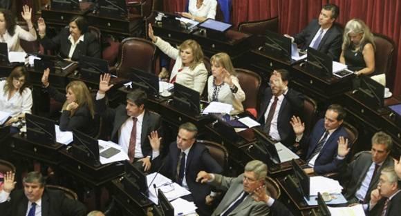 El Senado sancionó la ley que habilita el pago a los holdouts y fondos buitres con una holgada mayoría de 54 votos a favor y 16 en contra, luego de un debate que se extendió durante más de 13 horas.