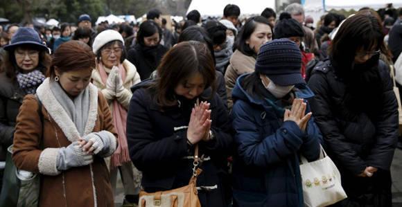 Japoneses guardan un minuto de silencio en recuerdo de las víctimas del tsunami de 2011. Foto: Reuters