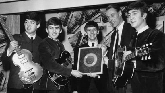 Geroge Martin y los Beatles. De izq. a der. Paul McCartney, George Harrison, Ringo Starr, George Martin y John Lennon. Foto: Getty.