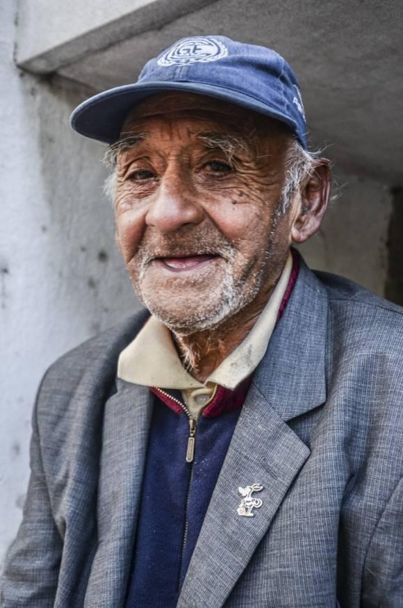 Ismael, 80 años, sin techo, en una calle de La Plata, Argentina. Foto: Kaloian.