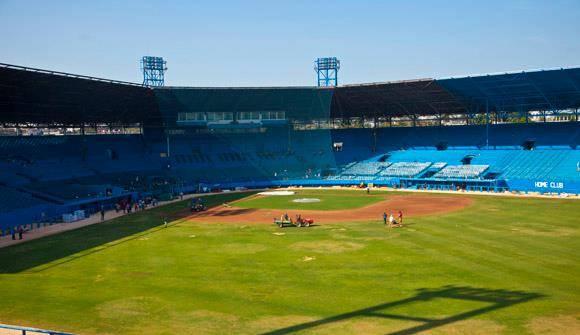 Alistan el estadio Latinoamericano para juego contra Tampa Bay. Foto: Ismael Francisco/Cubadebate.