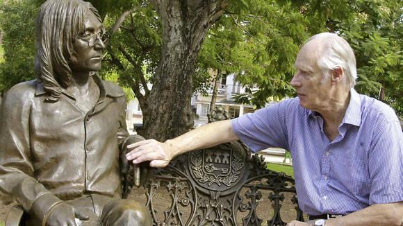 Geroge Martin visita el monumento de John Lennon en La Habana. Foto: AFP.