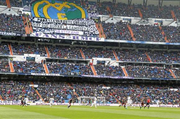 Mensaje de la grada de animación del Bernabéu para los jugadores. Para llevar este escudo hay que sudar la camiseta, Di Stefano.  Beatriz Guzmán/MARCA.