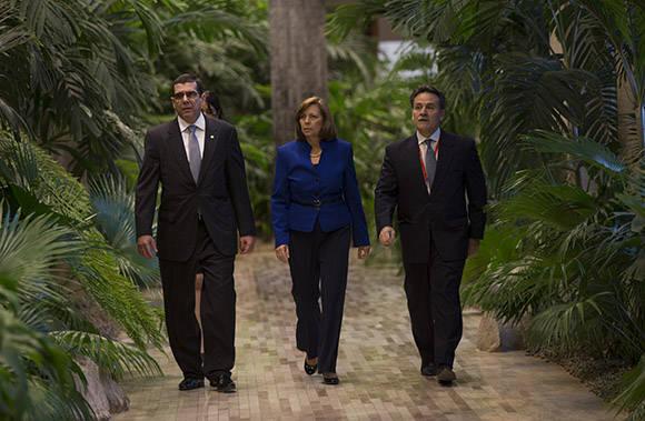 De izq. a der. José Ramón Cabañas, embajador de Cuba en Estados Unidos, Josefina Vidal, directora de Estados Unidos en la cancillería cubana y Guztavo Machín, subdirector general de Estados Unidos en el MINREX. Foto: Ismael Francisco/Cubadebate.