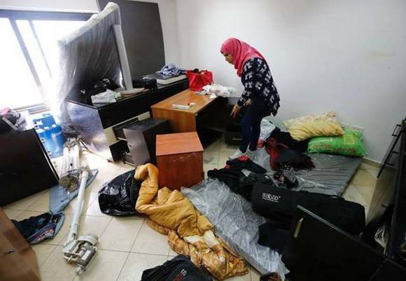 Una palestina inspecciona los daños de la televisora Palestina Today, después del allanamiento de las fuerzas israelíes. Foto: AFP