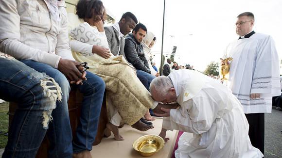 El Papa Francisco lava los pies de una refugiada durante el ritual del lavado de pies en el centro de refugiados en Castelnuovo di Porto Foto: Reuters