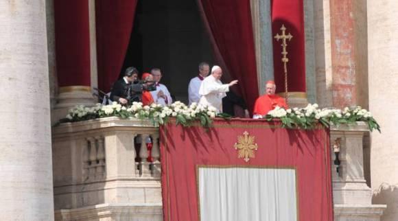 El Papa saluda a los fieles. Foto: Martha Calderón / ACI Prensa.