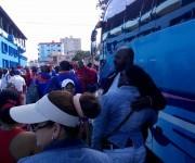 Pedro Luis Lazo con admiradores a la entrada del estadio. El pitcher pinareño lanzará la primera bola del juego junto a Luis Tiant. Foto: Néstor Madruga / Colaborador de Cubadebate