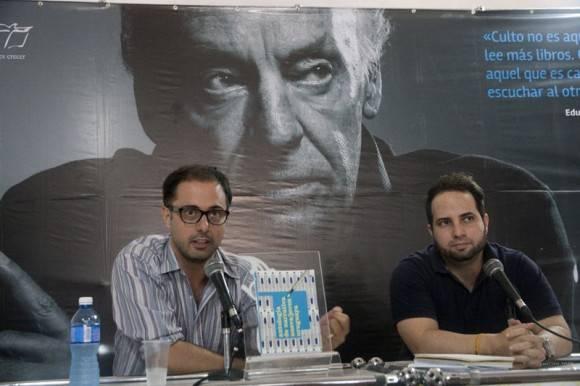 El escritor uruguayo Ramiro Sanchiz junto al ensayista cubano Gilberto Padilla Cárdenas durante la presentación de la antología. Foto: La Ventana/Casa de las Américas