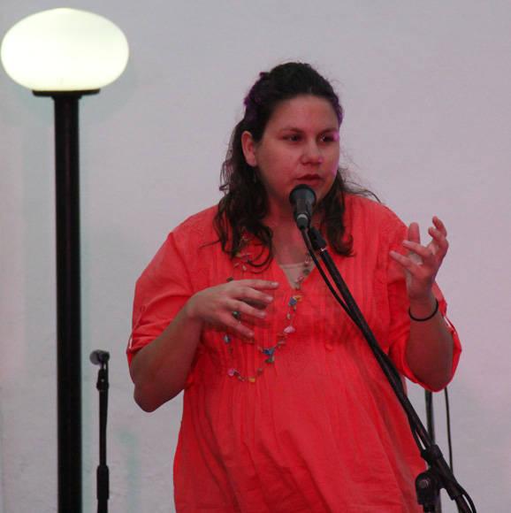 La musicóloga, Amaya Carricaburu, a punto de dar a luz, acudió a la galería Aydée Santamaría para presentar varios libros de la editorial del Cidmuc. Foto: Luis Carricaburu/Cubadebate.