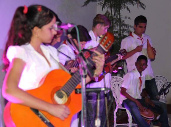 Los niños dominan instrumentos  como el tres, el laud y la guitarra. Foto: José Raúl Concepción/Cubadebate.