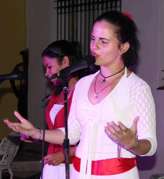 """Las cantantes Anamaris Gi (der.) y Yennifer Piloto interpretaron temas como """"Santa Bárbara"""" y """"El cuarto de Tula"""". Foto: José Raúl Concepción/Cubadebate."""