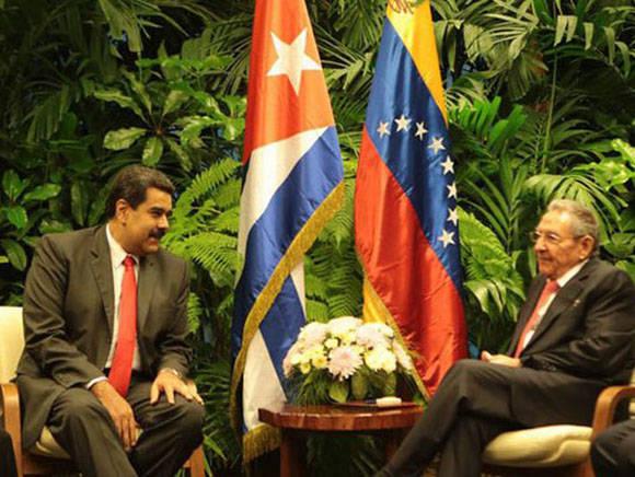 Los mandatarios de Venezuela y Cuba,  Nicolás Maduro y Raúl Castro, Ambos mandatarios participaron en la firma de acuerdos que impulsan las relaciones entre Cuba y Venezuela. Foto: Tomada de www.escambray.cu
