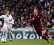 Modric y Dzeko disputan un balón. Foto: AFP