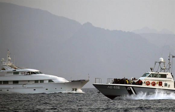 Refugiados mar. Patrullera de la Guardia Costera griega. Yannis Behrakis/Reuters.