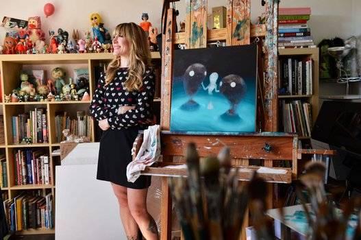 Retrato de la artista e ilustradora estadounidense Tara McPherson en su estudio de Nueva York. Foto: Joby Sessions Computer Arts Magazine.