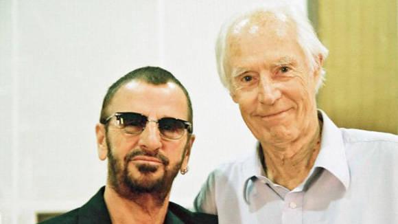 Ringo Starr (izq.), batería de los Beatles, fue el primero en anunciar la muerte de George Martin.