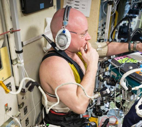 Scott Kelly durante unas pruebas para medir la respuesta de los fluidos corporales en gravedad cero. Foto: NASA.