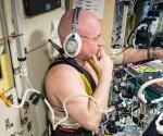 Scott Kelly durante unas pruebas para medir la respuesta de los fluidos corporales en gravedad cero foto nasa