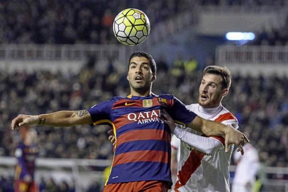 Suárez disputa un balón. Foto: MARCA.