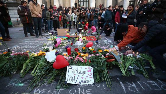 Un grupo de personas rinde tributo a las víctimas de los atentados en Bruselas. Foto: Getty Images.