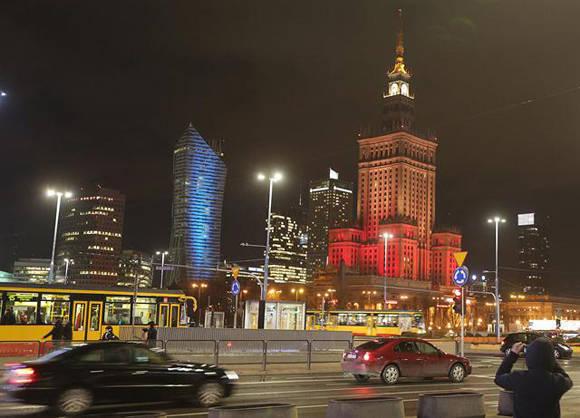 El Palacio de Cultura de Varsovia, con el rojo, negro y amarillo destacados. Foto: AP