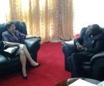 Yolanda con el presidente del parlamento de zambia