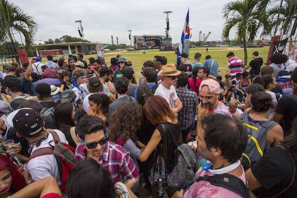 Acampada esperando el concierto de los Rolling Stones en la Ciudad Deportiva, de La Habana. Foto: Desmond Boylan/ AP