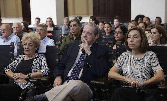 La secretaria ejecutiva de la Cepal, Alicia Bárcena, recibió hoy el Honoris Causa de la Universidad de La Habana. Foto: Ismael Francisco/ Cubadebate