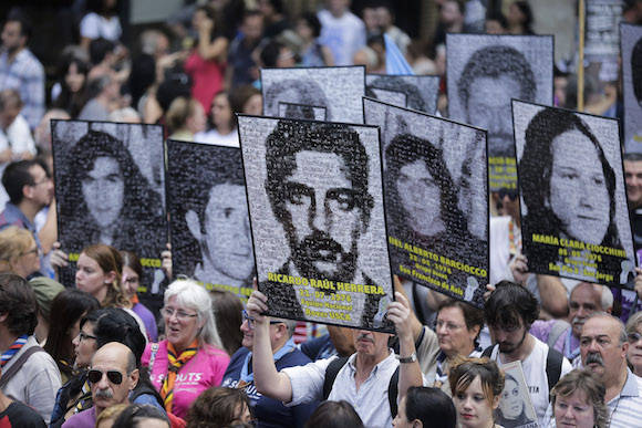 Manifestación en Buenos Aires por el 40 aniversario del golpe de Estado que inauguró una de las más feroces dictaduras del continente. Foto: Victor R. Caivan/ AP