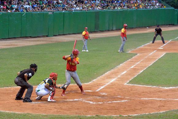 Ariel Martínez, segundos antes de disparar el jonrón que a la postre resultó decisivo. Foto: Katheryn Felipe / Cubadebate