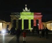 La puerta de Brandemburgo en Alemania, roja, amarilla y negra. Foto: AP