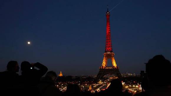 La torre Eiffel se iluminó con los colores de la bandera de Bélgica. Foto:AFP