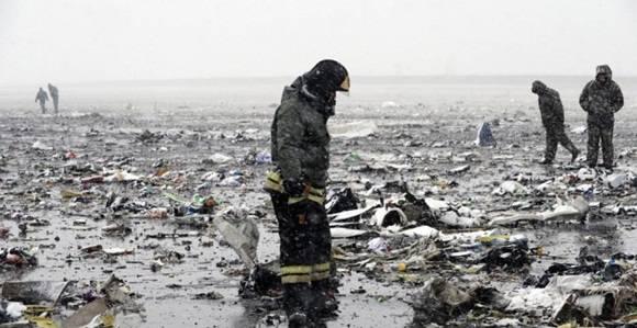 Bomberos, en las inmediaciones donde se ha estrellado el avión ruso. EFE