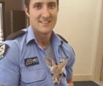 El joven oficial que adoptó a un canguro bebé en Australia. Foto: The West Australian.