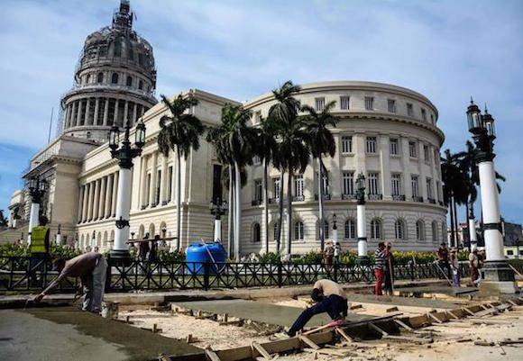 Trabajadores laboran en la reconstrucción de las aceras del Capitolio Nacional, uno de los iconos arquitectónicos de La Habana, Cuba, 17 de marzo de 2016. ACN FOTO/Abel PADRÓN PADILLA/sdl