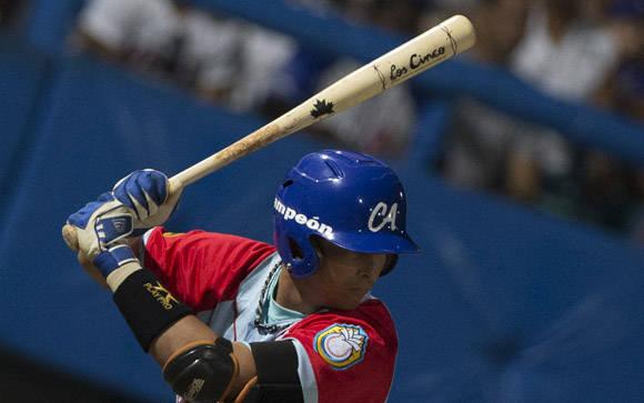 Varios jugadores utilizan el Bate de los Cinco. Foto: Ismael Francisco/Cubadebate.