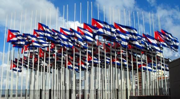 """El """"Monte de las banderas"""" frente a la Embajada de los Estados Unidos, en La Habana."""