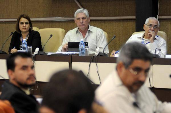 Miguel Díaz Canel (C), primer vicepresidente de los Consejos de Estado y de Ministros; Ailyn Febles Estrada (I), vicerrectora de la Universidad de las Ciencias Informáticas (UCI) y presidenta del Comité Organizador de la nueva Unión de Informáticos de Cuba; y Maimir Mesa (D), Ministro de las Comunicaciones, durante las sesiones de trabajo de la comisión de Proyección Estratégica de la Asamblea Nacional Constitutiva de la Unión de Informáticos de Cuba, realizada en el Palacio de Convenciones, en La Habana, el 7 de marzo de 2016.  Foto: Abel PADRÓN PADILLA/ACN