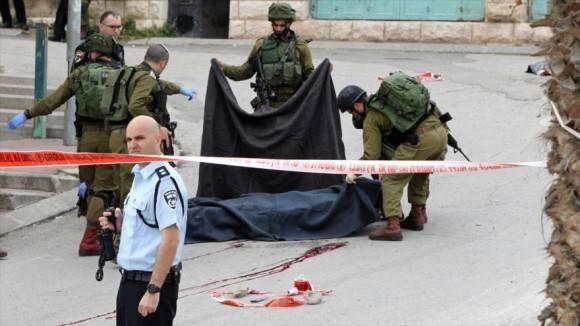Fuerzas israelíes matan a tiros a un palestino gravemente herido en la ciudad de Al-Jalil (Hebrón), el 24 de marzo de 2016.