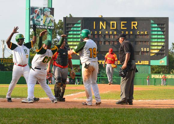 El jonrón de Donald enloqueció el estadio Foto: Khateryn Felipe / Cubadebate